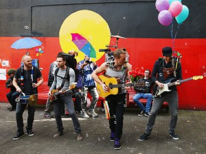 coldplay_filming_music_video_a_sky_full_of_stars_in_newtown_sydney_19pvnsq-19pvo03
