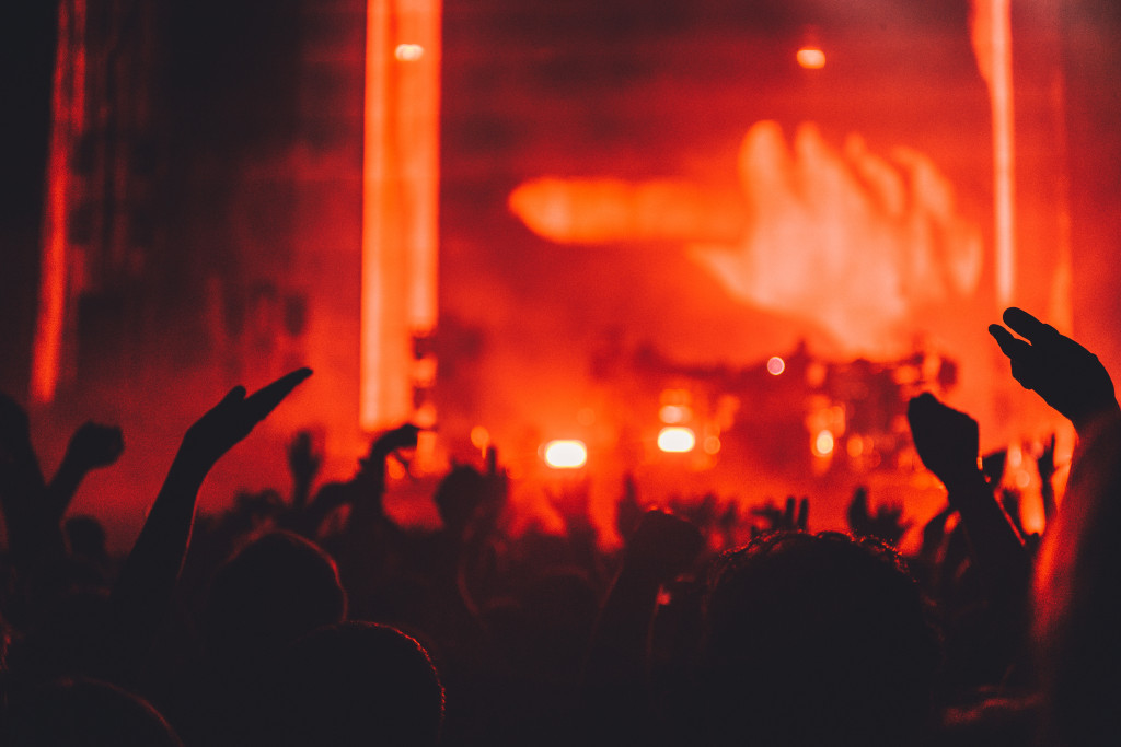 silhouette-music-light-people-crowd-celebration-concert-singer-band-audience-red-flame-fire-darkness-club-performer-musician-bonfire-rave-festival-lights-stage-party-dancing-backlit-live-perfo